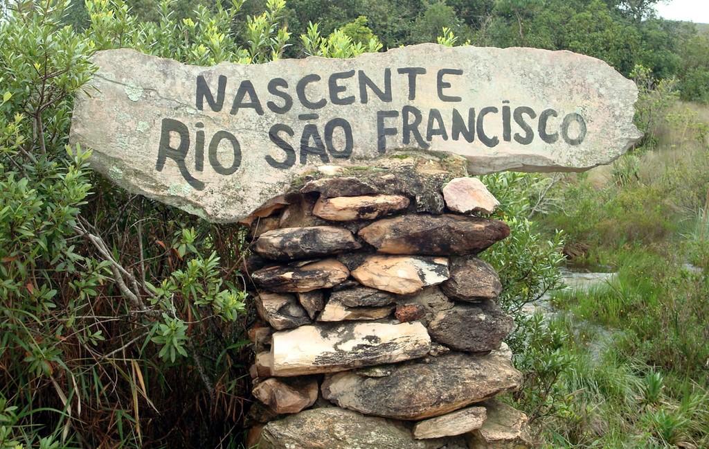 Dentro do Parque Nacional da Serra da Canastra está localizada a nascente histórica do rio São Francisco, no município de São Roque de Minas.