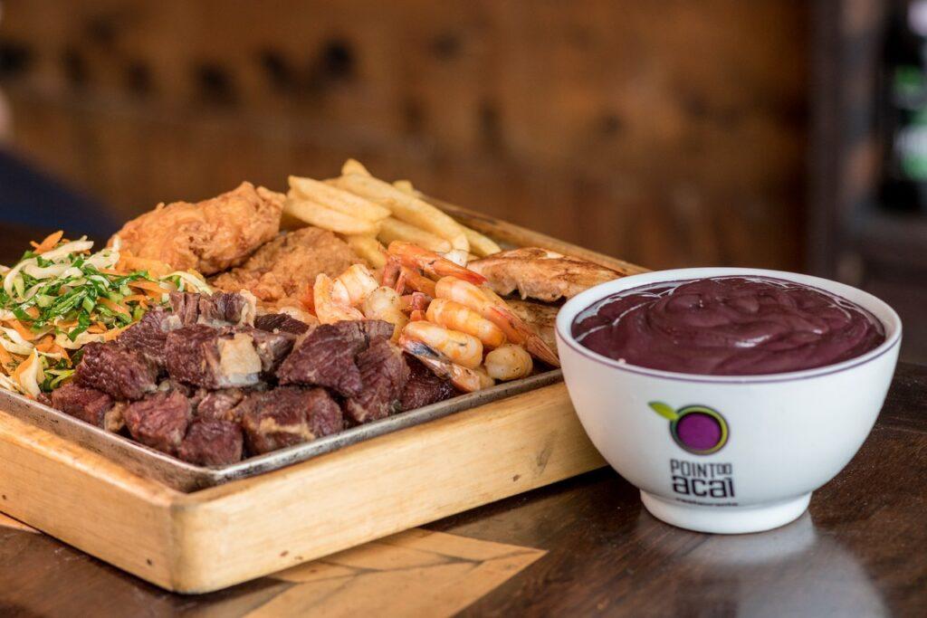 <b>O verdadeiro açaí</b><br> Nosso roteiro começa com um almoço no Point do Açaí, com muito peixe frito, pirarucu e açaí com charque. A forma original de consumo do açaí é acompanhando pratos salgados.