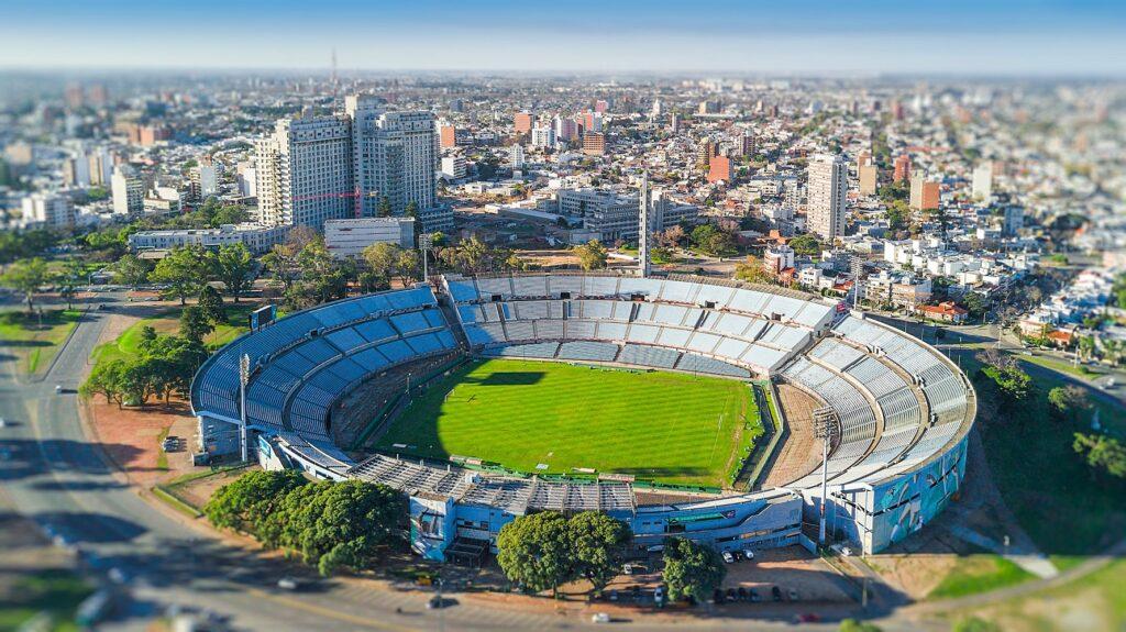 O futebol está impregnado no DNA uruguaio. Por isso, visitar os dois estádios que restaram da Primeira Copa do Mundo, de 1930, é fundamental: o <b>Estádio Centenário</b> foi declarado monumento histórico do futebol mundial.